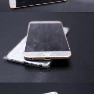 『iPhone 6』のリーク写真? イヤホンジャックギリギリの薄さに大画面化