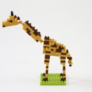 【動画レビュー】初心者にもぴったり! 世界最小級ブロック『ナノブロック(キリン)』を組み立てレポート! 首が動かせるよ