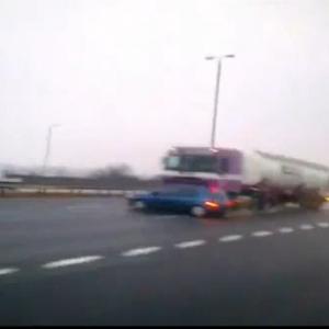 高速道路で見かけた凄い光景! 映画の撮影か?