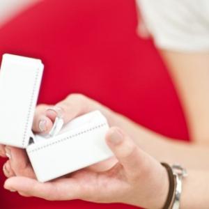 プロポーズしてほしい女性に朗報! 彼が増税前に婚約指輪を用意してくれるかも! 未婚男性6割以上が検討中!?