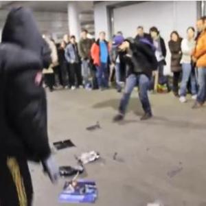 『PlayStation 4』の大行列の前で本体を破壊! ギャラリー苦笑い