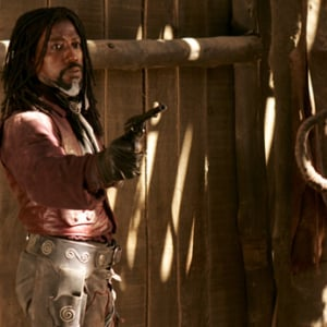 【過激】ゾンビの頭は背骨ごと引っこ抜け!! ウェズリー・スナイプス主演『ギャロウ・ウォーカー 煉獄の処刑人』