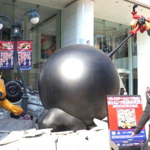 悟空とルフィってどっちが強いの? 「おらわくわくすっぞ!」名セリフも聞ける巨大フィギュアが渋谷に登場