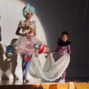 旧小学校体育館を気球モチーフで幻惑! 不思議系ブランド『pays des fees』が新作コレクションショーを敢行
