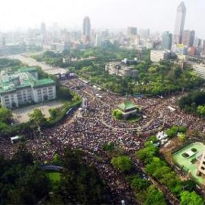 台湾・反サービス貿易協定デモに両津勘吉あらわる