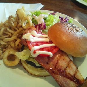 青山ランチ:モダンなカフェでガブリと味わう贅沢バーガーを食べ納め!――『CAFE246』