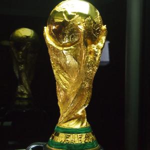 ブラジルで掲げるのはどの国に!? サッカー・FIFAワールドカップトロフィーがお披露目ツアーで来日中