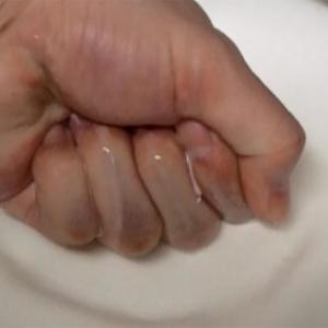 【衝撃動画】片栗粉ヤベぇ!! 水と混ぜるとパンチしても跳ね返す不思議な液体に変身!