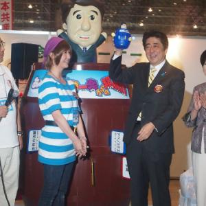 『ニコニコ超会議3』に安倍晋三総理来場! 巨大「あべぴょん」とも対面