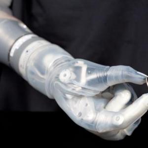 DARPAが脳のイメージ通りに動かせる義肢の開発に成功 全身サイボーグ化も夢じゃない!?