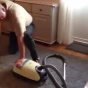 いま話題のお爺ちゃんが掃除機の電源を入れようとするだけの動画が面白い!