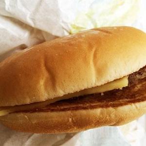 マクドナルドのミートソースバーガーを電子レンジで30秒温めると自販機のハンバーガーと同じ味になるらしい