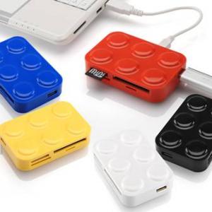 おもちゃのブロックみたいに積んで使える『カードリーダー+USBハブ』