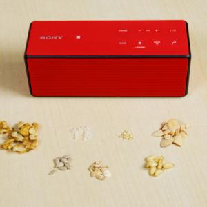 """[PR]ソニーの新型ワイヤレススピーカー『SRS-X3』の重低音がどのくらいスゴいかを""""穀物""""で表現してみた"""