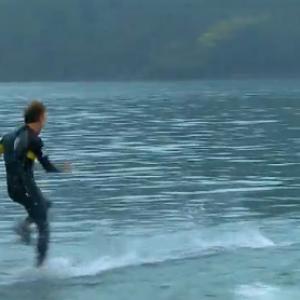 人間は水の上を走ることが可能なのか? 実際に水の上を走った動画が超話題!