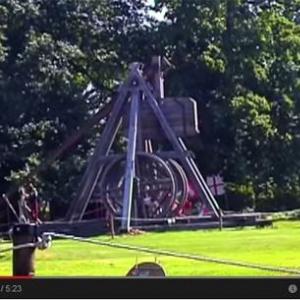【動画】築1100年の古城で行われる世界最大の投石機のパフォーマンス