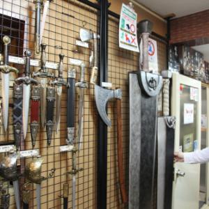 【アキバックス】アキバの武器屋『武装商店』 に行ってきた! 武器マニアにはたまらん店内