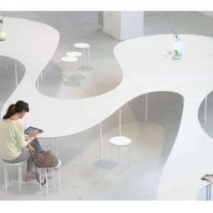 置くだけでスマホ充電&WiFiサポート!ユニークな会議用テーブル