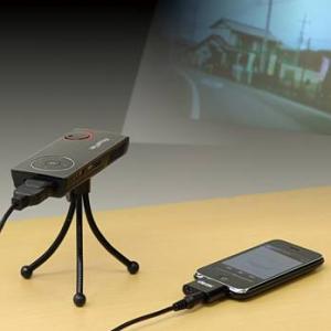 『iPhone/iPad/iPod』にも対応! 超小型三脚付き『モバイルミニプロジェクター 400-PRJ005』