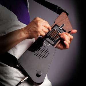 『iPhone』をギターのように弾きまくれ! ミュージックアダプター『The Fingerist』