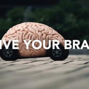 働く男の脳にはブドウ糖を! ブドウ糖を燃料に脳みそ型(!)ラジコンカーが疾走する『ジョージア シャキーン!』の特別動画が公開