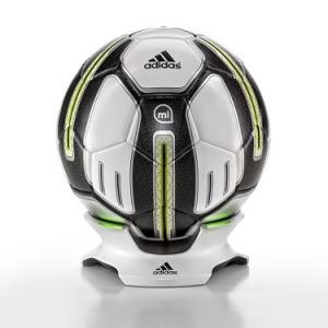 """ボールは「友達」から「コーチ」の時代へ? アディダスが発売した""""頭脳を持ったサッカーボール""""がスゴい"""
