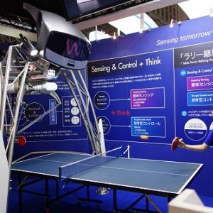 【CEATEC2014】デカいけど繊細! オムロンがラリーしやすい卓球ロボットを出展