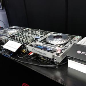 【CEATEC2014】CEATECがクラブに? パイオニアが世界中のDJ機器とクラブをネットワークでつなぐクラウドサービス『KUVO』をお披露目中