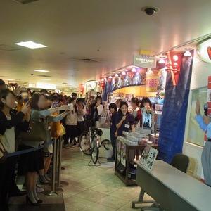 株主優待で人気者の桐谷さん キデイランド原宿店に登場&桐谷商店オープン