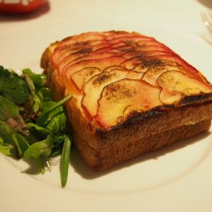 クロックムッシュ&豚フィレステーキグラタンはがっつり派にもオススメ! 『りんごポリフェノールのカフェ』表参道に期間限定オープン