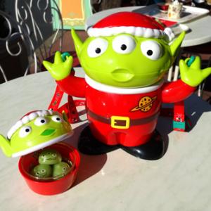"""大人気アイテム復活! サンタ仕様の""""リトルグリーンメン""""バケットがかわいいぞ【ディズニー・クリスマス2014】"""