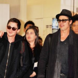 ブラピ来日に400人以上のファンが殺到! 映画『フューリー』で共演のローガン・ラーマンと共に羽田空港に到着