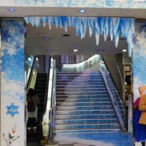 【ルミネ】エルサ気分で駆けあがれる! ルミネ新宿に『アナと雪の女王』階段が登場