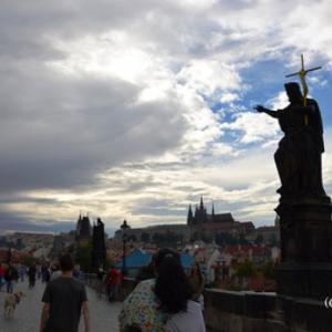 チェコ・プラハの有名スポット「カレル橋」にいる東洋人は何者?