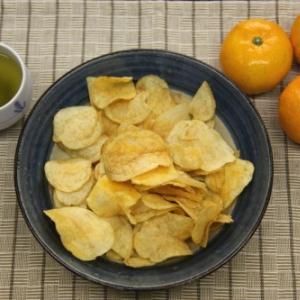 ポテチの新境地!? 冬の風物詩をイメージした『ポテトチップス みかん味』を実食レビュー