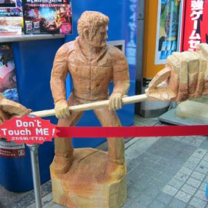 『デッドライジング2』の木彫りがアキバに展示! ジェイソンさんがまたやらかした