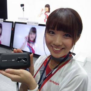 【CEATEC JAPAN 2010】ちょっとドキドキする! 3D美女がカメラ目線であなたに迫るシャープのモバイル3Dカメラ展示