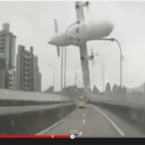 【動画】墜落したトランスアジア航空機がドライブレコーダーに映り込む