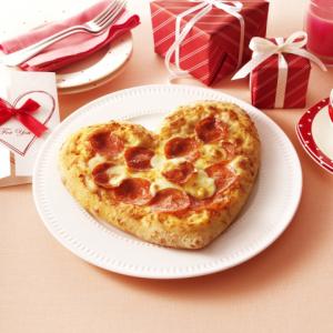 """半額 or ハート型ピザが選べる『ドミノ・ピザ バレンタインクーポン』 おまけに""""壁ドン""""してくれるオプションもどうぞ"""