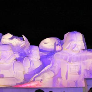 """【さっぽろ雪まつりレポート】""""雪のスター・ウォーズ""""は夜がオススメ ライトセーバーが赤く光るぞおぉぉ! [メイキング動画あり]"""