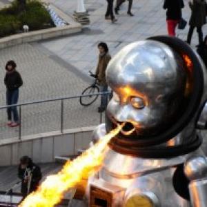 六本木の街の中に、火を吹くロボットが出現!かっけー!!