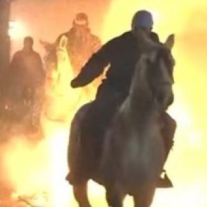 イッテQで宮川さんが挑戦!燃え盛る炎を馬で駆けるスペインのお祭り!