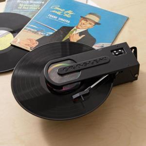 レトロ&超ポータブル! デジタル変換もできるUSBレコードプレーヤー『Crosley Revolution』