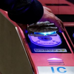 """スター・ウォーズイヤーを飾る注目アイテム """"ミレニアム・ファルコン""""ICカードケースと""""R2-D2""""等身大フィギュアを親子で遊んでみた"""