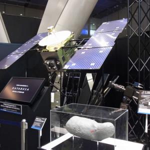 お帰りなさい『はやぶさ』 NECの展示会『C&Cユーザーフォーラム&iEXPO 2010』に帰還カプセルが展示中