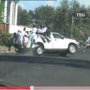 23人以上が乗ったトラックが高速道路で横転! 偶然にも後続車が高画質動画を撮影