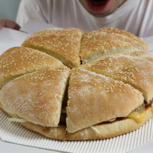 これはちょっとデカすぎる!? 直径22cmのハンバーガー『NY PIZZA BURGER』を食べてみた!