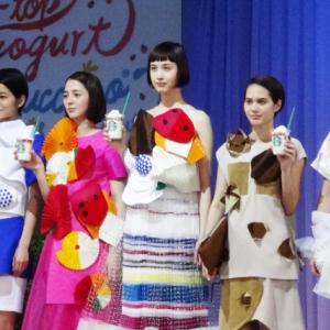 【スタバ】フラペチーノなファッションショー開催!? フラペチーノドレスとともに新作フラペチーノが登場