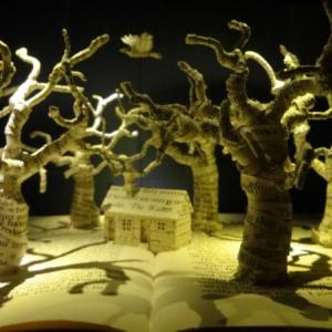 """本の世界を""""本の上に""""立体的に出現させるスー・ブラックウェル 家がテーマの『Dwelling -すみか-』展開催中 [オタ女]"""