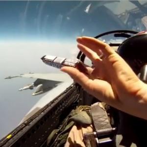 【動画】戦闘機パイロットの驚くべきお菓子の受け渡し方